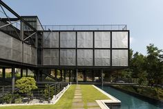 Exposed structural steel house is designed to 'float' over the site offering spectacular rainforest views - CAANdesign Cantilever Architecture, Industrial Architecture, Residential Architecture, Architecture Details, Interior Architecture, Architecture Courtyard, Steel House, House Roof, House With Balcony