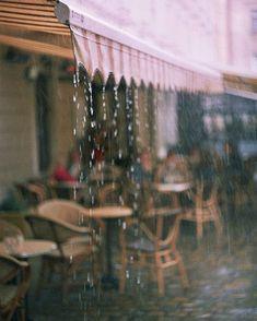 A rainy day in Paris. Cute little Paris café. Sound Of Rain, Singing In The Rain, Rainy Night, Rainy Days, Rainy Mood, Rainy Sunday, I Love Rain, Summer Rain, When It Rains