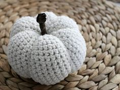 Kostenlose Häkelanleitung: Deko-Kürbis häkeln / free diy tutorial: how to crochet a small pumpkin via DaWanda.com