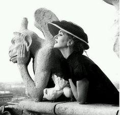 Suzy Parker and a gargoyle , Notre Dame de Paris, 1951 by Richard Avedon Edward Steichen, Black And White Portraits, Black And White Photography, Richard Avedon Photography, Suzy Parker, Image Mode, Foto Portrait, Nordic Lights, Reportage Photo