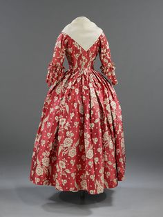 Red silk robe à l'anglaise // Probably remade from a sack-back gown; English, (1740-)1760 | Victoria and Albert Museum