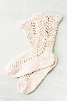 Pitsineulesukat Magic Cast On -tekniikalla - katso ohje! Hittitekniikassa sukat neulotaan kärjestä alkaen pyöröpuikoilla. Kauniit pitsineulesukat viimeistellään irtopitsillä.