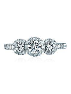 スタージュエリー 栄光を象徴する光輪や聖なる後光を意味するネーミングをもつエンゲージ。存在感ある3石のダイヤをパヴェでぐるりと取り囲んだ華やかかつリュクスな手もとを約束します。アームにもダイヤを敷き詰めることで、よりいっそう優美な輝きを放って。