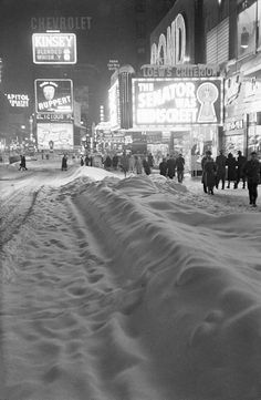 Winter on Times Square, 1947  https://twitter.com/HistoryToLearn
