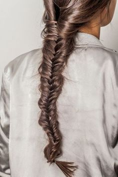 Fishtails are quick and easy to braid, are always in style and look super trendy be it a causal friends get-together or a formal event. French Braid Hairstyles, Side Hairstyles, Braided Hairstyles Tutorials, Modern Hairstyles, Weave Hairstyles, Small Braids, Cool Braids, Coachella, Upside Down French Braid
