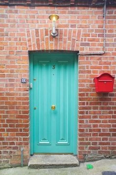 turquoise door and red mailbox. Bright Front Doors, Front Door Paint Colors, Painted Front Doors, Teal Door, Turquoise Door, Blue Doors, Gold Door, House Front Door, Front Porch