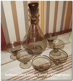 ερβίτσιο ποτού σε φιμέ χρώμα από την δεκαετία του 1950's.  Σε άριστη, αχρησιμοποίητη κατάσταση.  Μπουκάλι και 6 σφηνάκια. Ύψος 23.5εκ. ποτήρι 6εκ. άνοιγμα ποτηριού 6,6εκ