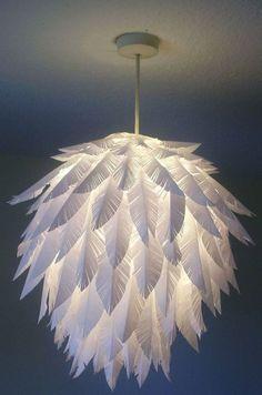 faire un abat jour constitué de plumes blanches, idée comment faire une suspension élégante