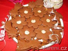 Cukroví z kakaového těsta plněné kakaovým krémem. Gingerbread Cookies, Christmas Cookies, Biscuit Cookies, Biscuits, Muffins, Sweet, Desserts, Food, Gingerbread Cupcakes