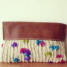 Clutch de lana natural con aplicaciones de fieltro y cuero #clutch #handmade #wool #leather