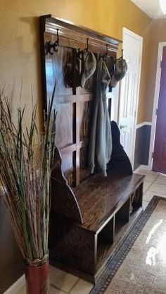 14 nice furniture ideas made from wooden pallets 00012 Repurposed Furniture, Rustic Furniture, Cool Furniture, Furniture Ideas, Hall Tree Bench, Hall Trees, Entryway Bench Storage, Entryway Ideas, Wall Storage