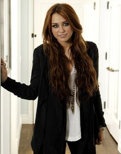 I miss the old miley cyrus she was soo beautiful, pretty, and just can we just embrace her old hair! I really hope she grows out her hair and have that gorgeous light brown with blonde highlights it was so long Miley Cyrus Brown Hair, Old Miley Cyrus, Miley Cyrus Style, Emily Bett Rickards, Brown With Blonde Highlights, Hair Highlights, Miley Stewart, Long Layered Hair, Trendy Hairstyles