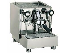 Alex Duetto III - dette er uten tvil blant den beste espressomaskinen du kan få fatt i for hjemmebruk.  Espressomaskinen har digital temperaturstyring, to kokere, fullmekanisk E-61 gruppe i solid messing, stillegående rotasjons-pumpe og 360 graders steam- og varmtvannsarmer for å nevne noen av funksjonene til Alex Duetto.  Alle koblinger og rør er i solid messing for bedre holdbarhet. Amazon Coffee, Double Boiler, Coffee Maker, Kitchen Appliances, Pumps, Coffee Maker Machine, Diy Kitchen Appliances, Coffee Percolator, Home Appliances