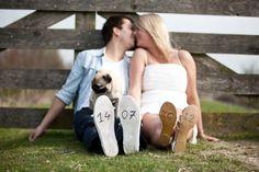 Datum van de bruiloft onder de schoen geschreven tijdens deze love shoot in Utrecht, deze foto is gebruikt om de uitnodiging voor de bruiloft te sturen naar de gasten!
