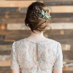 This is the perfect #bridallook for a rustic #industrial wedding! See more of this winter into spring shoot in shades of gray #ontheblogtoday!  Photography by @whiskersandwillow | Event Design and Flowers by @kalebnormanjames | Venue located at Metropolist | Wedding Dress by @alexandragrecco from @thedresstheory | Bridal Hair and Makeup by @yessielibby | Grooms Suit from @asos | Linen Rentals from @latavolalinen | Calligraphy by @krisannaelizabeth | Engagement Ring from @trumpetandhorn…