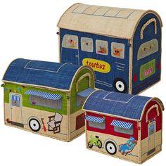Die handgearbeiteten Spielzeugkörbe sind perfekt geeignet für kleine Hobby-Camper und Rockstars.  Jede der drei Kisten ist in einem anderen Design und bietet viel Platz für Spielzeug und Krims-Krams.  Das Set ist ein ganz besonderer Blickfang im Kinderzimmer und bringt Spaß beim Aufräumen.