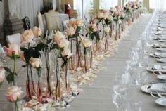 http://www.lemienozze.it/operatori-matrimonio/fiori_e_addobbi/fiorista-matrimonio-venezia/media  Centrotavola formati da singole rose e da petali sparsi sulla tovaglia