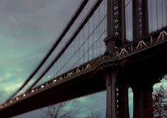He encontrado este interesante anuncio de Etsy en https://www.etsy.com/es/listing/107087771/manhattan-bridge-at-dusk-blue-nyc-art