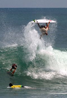 Kelly Slater in Bali. Robert Kelly Slater (Cocoa Beach, February is the largest professional surfer in the history of this sport ; he began competing in 1978 . Big Waves, Ocean Waves, Surfer Surf, Wanderlust, Sup Yoga, Surfing Pictures, Modern Pictures, Guy Pictures, Windsurfing