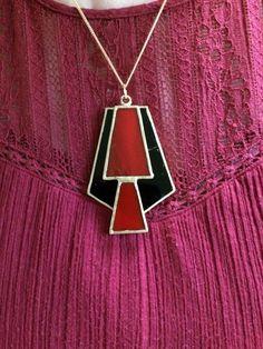 9bb466775c73 Artículos similares a Colgante de vidrio rojo y negro en Etsy
