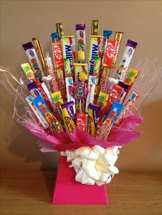 Homemade gift ideas Chocolate / sweets / candy bouquet with birthday badge. Homemade Birthday Gifts, Homemade Christmas, Homemade Gifts, Diy Gifts, Chocolate Bouquet Diy, Sweet Hampers, Gift Hampers, Homemade Gift Baskets, Birthday Badge
