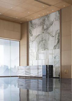 张家口·涿鹿孔雀城展示中心   德曼思建筑装饰-建e室内设计网-设计案例 Flat Interior Design, Luxury Interior, Modern Interior, Interior Architecture, Modern Hotel Lobby, Hotel Lobby Design, Marble Interior, Lobby Interior, Counter Design