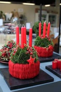 Christmas arrangement ideas (see more) - nimivo sites Christmas Arrangements, Holiday Centerpieces, Christmas Table Decorations, Christmas Advent Wreath, Christmas Balls, Christmas Crafts, Christmas Ideas, Primitive Christmas, Diy Wedding Wreath