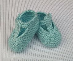 Baby Booties Knitting Pattern, Knitted Booties, Crochet Baby Booties, Crochet Slippers, Baby Knitting Patterns, Knitting Socks, Crochet For Kids, Diy Crochet, Baby Bonnets