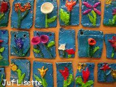 Lentebloemen! Op een tegel van klei maken de kinderen een lentebloem. Na het bakken wordt de tegel geverfd. Mooi resultaat