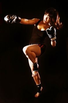 Young Asian Woman Muay Thai fighter in defensive position Muay Thai Martial Arts, Martial Arts Women, Mixed Martial Arts, Muay Thai Training, Taekwondo, Ufc, Kick Boxing Girl, Female Boxers, Female Martial Artists