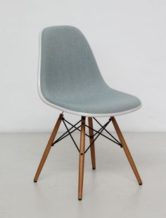 Vitra Eames Plastic Side Chair DSW (Cream shell-Ice blue fabric) (stuhl)