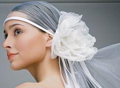 Noiva - Sugestões de cabelos e maquiagem para casamentos de dia e à noite  #bridalhairstyle  #weddinghairstyle
