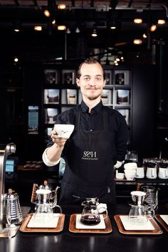 Solberg & Hansen er et kunnskapssenter for kaffe og te. Vi er en fusjon av konseptbutikk, delikatesseforretning og showroom der råvarekunnskap står i sentrum.