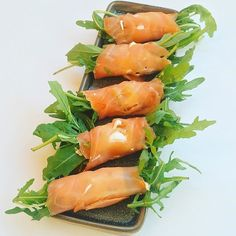 Få fremgangsmåden på disse nemme lækre lakseruller. Server dem som en lille forret eller spændende indslag til tapas bordet.