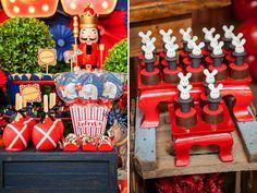 Esta festinha uniu dois temas que fazem o maior sucesso: soldadinho de chumbo e circo! A decoraçãode charme vintage e bem londrina, em azul, vermelho e br