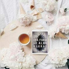 ¡Hola amores! Os traigo una nueva reseña de una novela que siendo sincera me ha dejado un sabor agridulce, os espero en el blog si queréis saber más. Letter Board, Lettering, Blog, Calligraphy, Letters, Texting, Brush Lettering