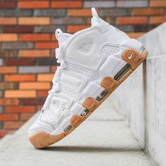 Sneakers Nike : Nike Air More Uptempo: White/Gum… – Flashmode Trends – Join in the world of pin Zapatillas Nike Basketball, Zapatillas Jordan Retro, Sneakers Fashion, Fashion Shoes, Shoes Sneakers, Zapatos Shoes, Souliers Nike, Nike Air Uptempo, Sneak Attack