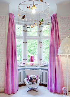 meisjeskamer roze met vogeltjeslamp Photo: Johan Nilsson/Sköna hem