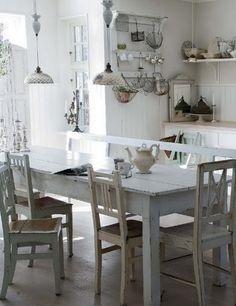 Mooie oude brocante eettafel, wit geverfd, met verschillende brocante stoelen. Door Syl