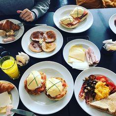 That's how we brunch in Lisbon 🙈 #brunch #delidelux #lisbon #lisboa #weekend #sunday #sundaymood #foodporn #instadelicious #benedict #eggs #pancakes #croissant #welovefood #blog #blogger