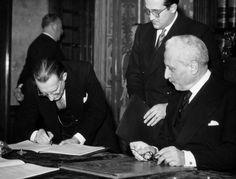 The Italian President of the Council Alcide De Gasperi countersigning the Constitution, observed by the Preident of the Italian Republic Enrico De Nicola. Rome, 27 December 1947 MONDADORI PORTFOLIO