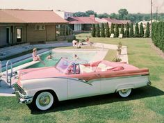 vintage everyday: 1956 Ford Fairlane Sunliner Convertible in fab two-tone with matching interior fabrics Mode Vintage, Vintage Cars, Retro Vintage, Ford Motor Company, Carros Retro, Convertible, 1950s Car, Pink Cadillac, Ford Classic Cars