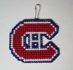Broderie Canevas de Plastique - Canadiens Grand - 12$ - Plastic Canvas Cross Stitch Plastic Canvas Christmas, Plastic Canvas Crafts, Plastic Canvas Patterns, Cross Stitch Embroidery, Cross Stitch Patterns, Plastic Mesh, Canvas Designs, Loom Patterns, Knitted Blankets