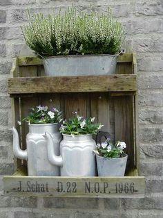 Depot Santa Mariah: A Vintage Pinch in the Garden! Garden Junk, Garden Planters, Small Gardens, Outdoor Gardens, Vasos Vintage, Deco Champetre, Shabby Chic Garden, Pinterest Garden, Garden Projects