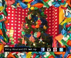 Dit is de knuffel kerstboom van KnutselTV. Mascha en Anouk hebben heel veel zachte knuffel hangers gemaakt voor de boom in hun knutselstudio. Hoe? Bekijk de video op www.youtube.com/knutseltv