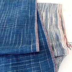 Afgewerkt en gewassen.. weefsels gemaakt van afgebonden linnen garen dat over was van een eerder project.. #kasuri #kasuriweaving #ikat #leftoveryarn #handweven #weven #handweaving #weaving #diydenim #naturaldye #naturalindigo #indigofera #linnen #linenlove #weaversofinstagram #textielfabrique