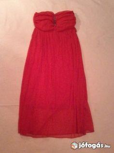 Piros pántnélküli ruha