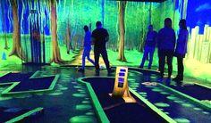 Schwarzlicht minigolf i Berlin. 3D minigolf i flouriserende lys. #Berlin #golf #minigolf #3D