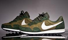 Zapatillas Nike Air Pegasus 83 Verde Blanco, llega un nuevo colorway del modelo de #zapatillasNikeAirPegasus83 para esta #colecciónOtoñoInvierno2015, esta vez confeccionada en suede y combinada en tonos verdes con el #Swoosh de #Nike en blanco roto, visita nuestra #tiendaonlinedezapatillas #ThePoint y hazte con ellas clicando aquí http://www.thepoint.es/es/zapatillas-nike/1119-zapatillas-hombre-nike-air-pegasus-83-verde-blanco.html