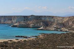 Το Κουφονήσι Σητείας είναι ένα από τα πιο εντυπωσιακά γεωλογικά μνημεία που διαθέτει η χώρα μας. Το περιτριγυρίζουν 36 διαφορετικές παραλίες ιδανικές για μπάνιο με πεντακάθαρα νερά. Από όλες αυτές τις παραλίες μονάχα δύο δεν έχουν πρόσβαση από την ξηρά και βρίσκονται η μία δίπλα στην άλλη. Πρόκειται για τις παραλίες στην εξωτερική πλευρά του επιβλητικού ακρωτηρίου Τράχηλας στο νοτιοανατολικότερο άκρο του νησιού. (cretanbeaches.com)